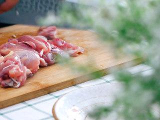 荷叶四君蒸鸡, 鸡腿肉去骨,切成小块。可以直接连骨剁成块。