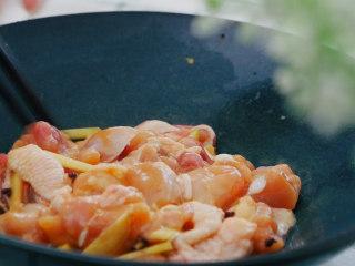 荷叶四君蒸鸡,鸡肉加生姜 料酒 花椒 盐 生抽 糖 香油 淀粉 拌匀腌制30分钟以上入味。花椒可以去腥,还能增香。