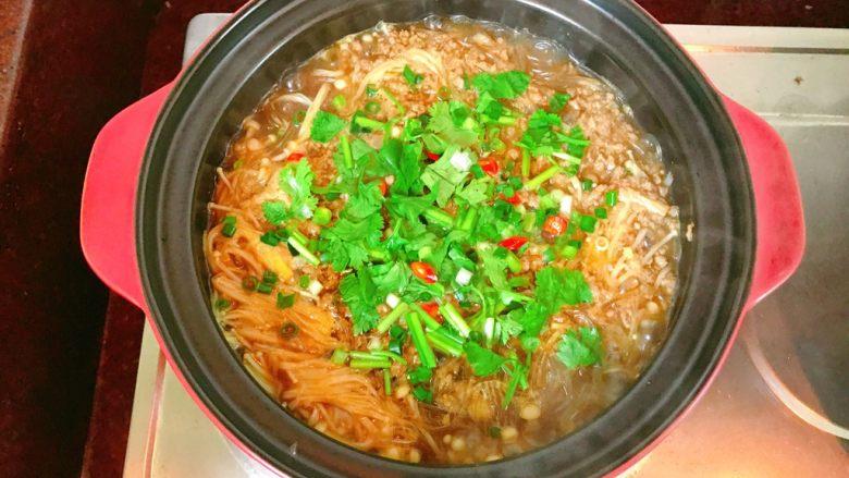 金针菇粉丝肉碎煲,放入香菜。关火。