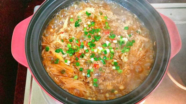 金针菇粉丝肉碎煲,煮至熟透,放入葱花。
