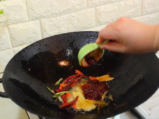 爆炒花蛤,加入一大勺的豆瓣酱