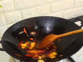爆炒花蛤,将豆瓣酱炒出红油
