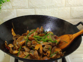 爆炒花蛤,3分钟开盖后 撒一把小葱段