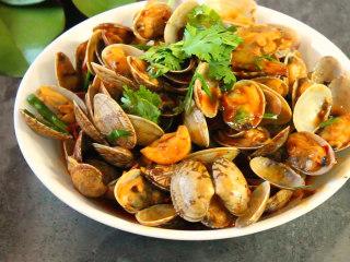 爆炒花蛤,翻炒均匀即可出锅,香菜点缀下就上桌吧,爆炒花蛤