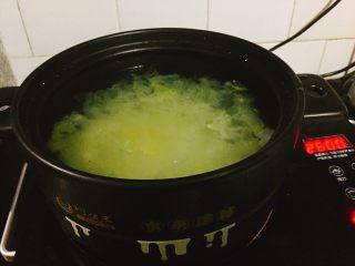 银耳糯米红枣粥,依次放入银耳,糯米,冰糖。