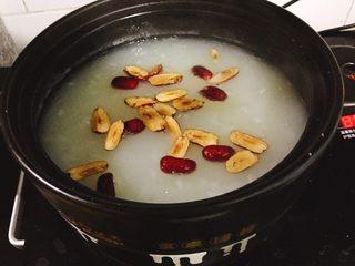 银耳糯米红枣粥,加入红枣小火再煲10分钟