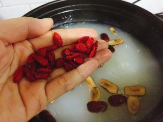 银耳糯米红枣粥,最后加入枸杞子