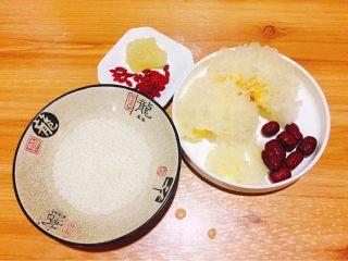 银耳糯米红枣粥,食材准备,圆糯米,银耳,冰糖,枸杞子,红枣。