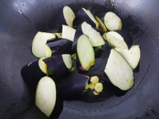 清蒸肉炖茄子,然后加入茄子炒。