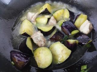 清蒸肉炖茄子,然后盖盖子炖15分钟即可。