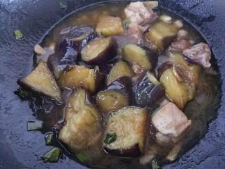 清蒸肉炖茄子,茄子炖烂就可以出锅了。