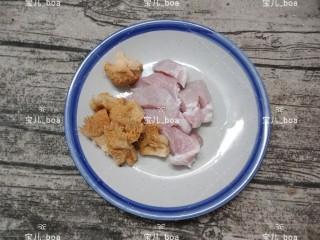 猴头菇肉汤羹,泡好的猴头菇洗几遍,然后挤干水