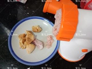 猴头菇肉汤羹,把猪瘦肉放入料理机搅成肉泥