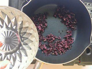 黑米红枣粥 or黑米红枣糊,翻炒片刻,倒入约500ml清水