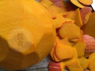 南瓜红枣发糕,南瓜去皮、去籽内瓤洗净切小块,不要切太厚。