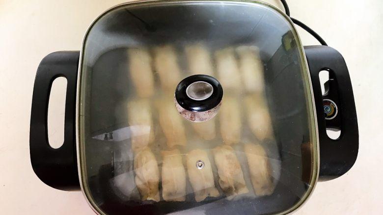 冰花锅贴,加入1大勺面粉液,盖上锅盖,直到全部收干面粉液
