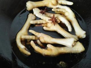 五香鸡爪,加入适量水和两个茴香