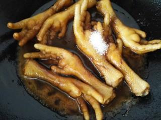 五香鸡爪,煮一会之后加入适量白糖调味
