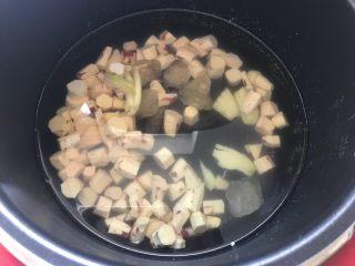 快手小食 生姜冰糖红薯甜汤,加入适量清水,由于这款甜汤以饮汤为主,所以水可以比平时煮粥的量稍微多一点