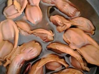 香卤鸭胗,颜色变深,开大火慢慢收汁。