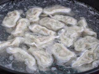 青椒猪肉馅水饺,锅中倒适量清水烧开,下入饺子用笊篱轻轻推开,煮熟后捞入盘中,吃的时候调点喜欢的酱汁蘸着吃,我喜欢就着腊八蒜