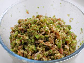 青椒猪肉馅水饺,再将青椒切碎,用手或纱布挤掉多余水分放入肉馅中,搅拌均匀即可