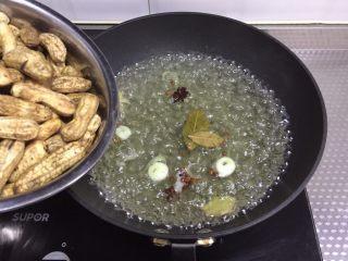 快手小食 五香水煮花生,开锅倒入花生,煮15分钟