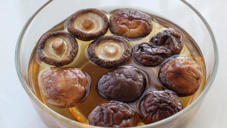 香菇肉酱拌面,将香菇提前泡发洗掉表面杂质挤去多余水分,但是泡香菇的水先不要倒掉,留作他用,如果用新鲜香菇可以省略这一步。