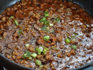 香菇肉酱拌面,再撒入剩下另一半的葱花,香菇肉酱就榨好了
