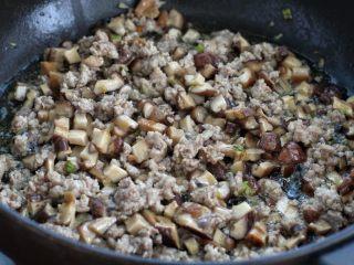 香菇肉酱拌面,再放入香菇丁,和肉糜一起快速翻炒两分钟