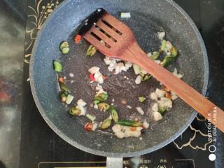 快手正餐 红烧茄子,锅里放少许油放入佐料爆香