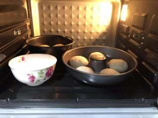 黑芝麻面包(中种),送进烤箱发酵至1.5倍大