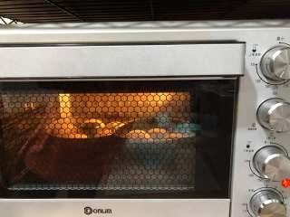 黑芝麻面包(中种),送进烤箱上火150度下火160度烤18分钟 出炉移至烤网晾凉