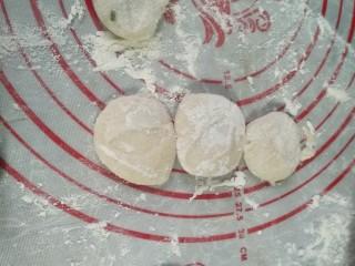 小笼包,因为是小笼包所以弄成饺子大小的剂子