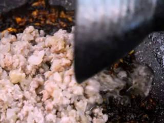 东北经典传统小吃:东北饭包,再加入洋葱肉糜,翻炒均匀