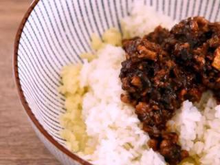 东北经典传统小吃:东北饭包,倒入米饭、鸡蛋酱、花生米,搅拌均匀