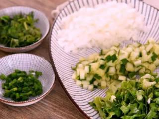东北经典传统小吃:东北饭包,先将食材切小粒备用