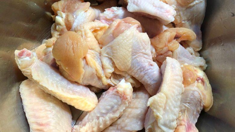 炸鸡翅,把翅中和翅根洗净沥水,放入大点的碗里