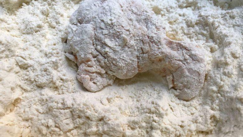 炸鸡翅,浸湿的鸡翅沥干水,再放入裹粉里,重新再裹一次,用手多抓几次,让裹粉牢牢的裹在鸡翅上