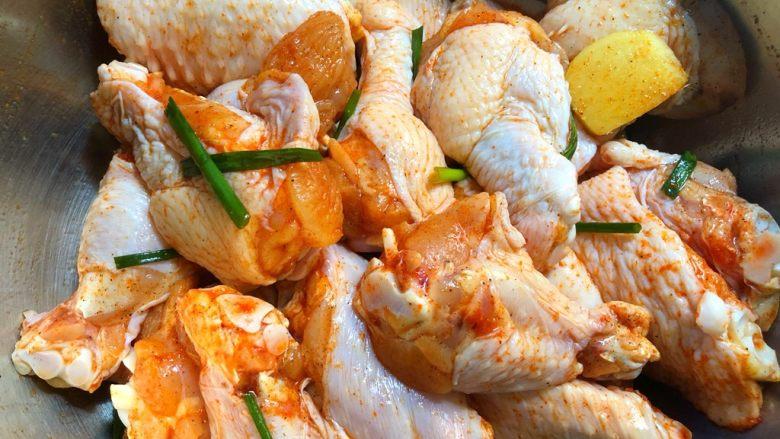 炸鸡翅,用手抓匀,腌制5分钟