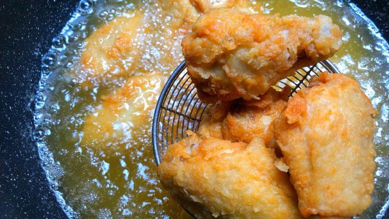 炸鸡翅,炸成金黄色捞起来沥油