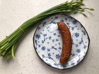 快手正餐  韭苔红肠,首先我们准备好所有食材