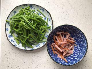 快手正餐  韭苔红肠,红肠切丝,不要切的太细,以免炒的时候碎掉 韭苔去头去尾,切成寸段,洗净,控干水分