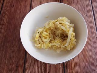 酸菜炒土豆丝,然后准备一小碗酸菜。