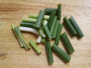 爆炒花甲,然后把葱切段。