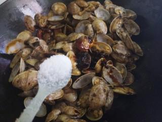 爆炒花甲,一勺盐。