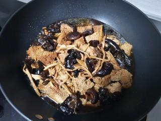 快手正餐 四喜烤麸,第五步:放水 ,大火烧开              盖上锅盖小火焖半小时左右