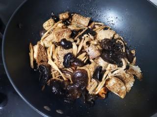 快手正餐 四喜烤麸,第四步:放盐、糖要多放点、老抽上色             翻炒均匀