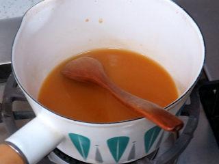 快手正餐 【虾仁玉子豆腐】,在少量水中加入淀粉,化开;再加入少量生抽酱油,放入小锅中,开中火煮沸后看见微微浓稠后离火
