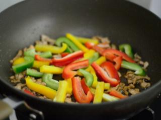 彩椒炒肉丝,加入青、红、黄甜椒,翻炒一会